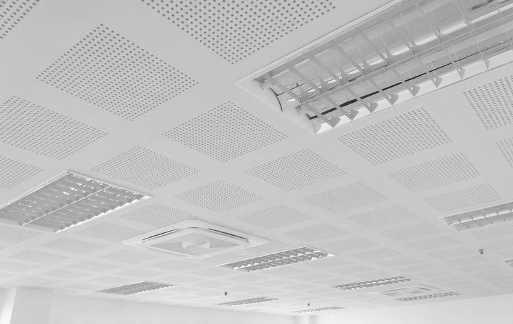 Czym są sufity akustyczne i gdzie mają zastosowanie?